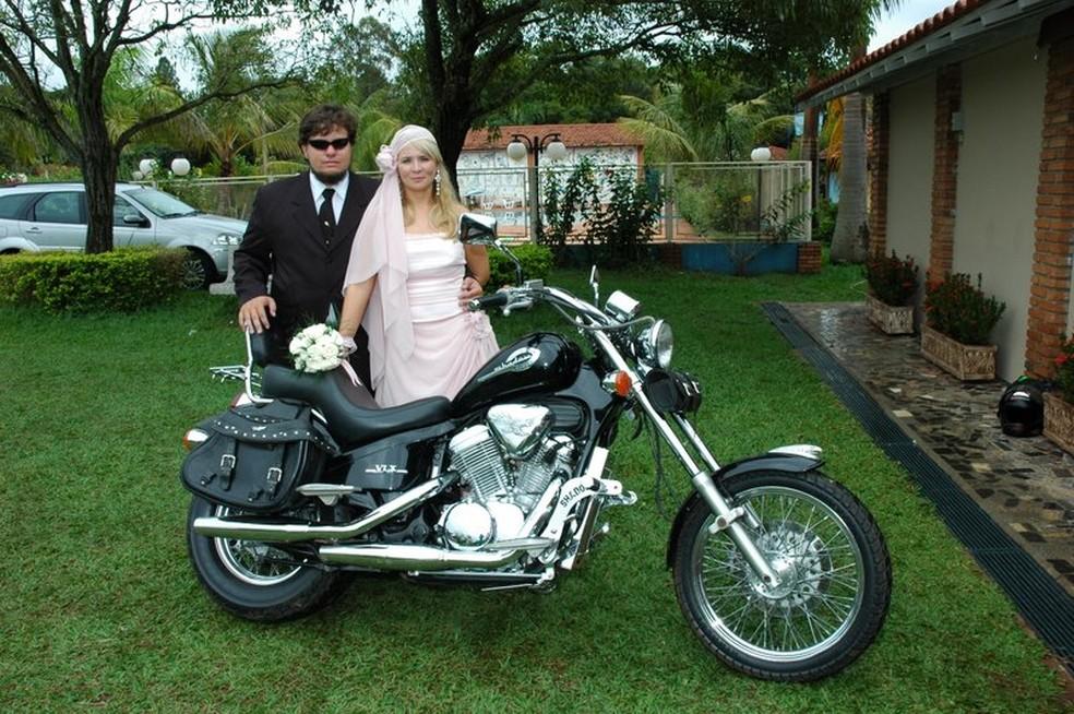 Renato e a esposa Tatiane Trancolin durante festa de casamento  — Foto: Renato Almeida / arquivo pessoal