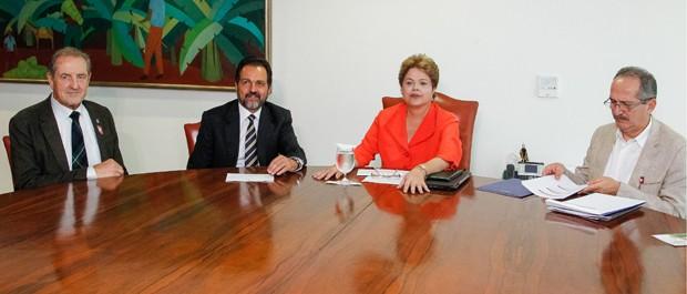 A presidente Dilma Rousseff em reunião com o presidente da FISU, Claude-Louis Gallien, o governador do DF, Agnelo Queiroz e o ministro do Esporte, Aldo Rebelo (Foto: Roberto Stuckert Filho/PR)