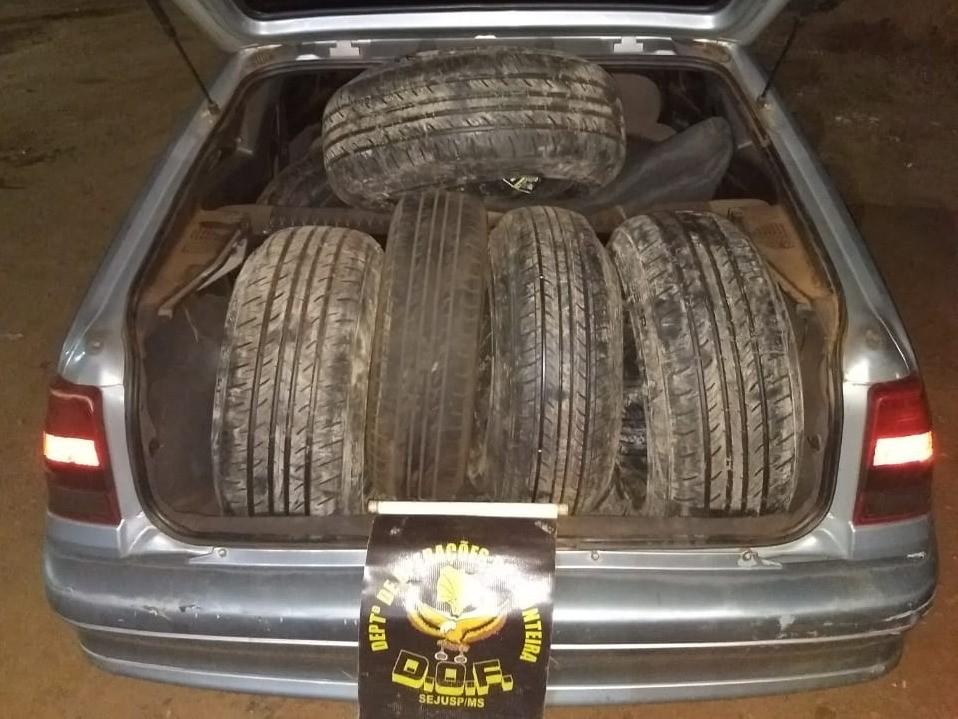 Polícia apreende carro lotado de pneus contrabandeados que seriam revendidos em Campo Grande