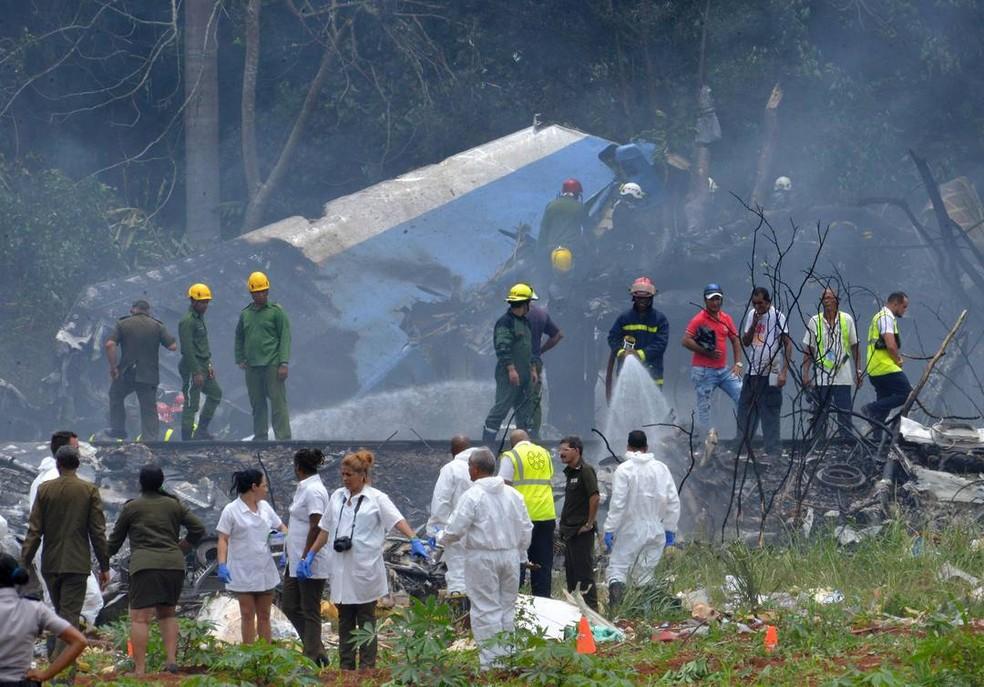 Avião cai logo após decolar de Havana nesta sexta (18) (Foto: Adalberto Roque/AFP)