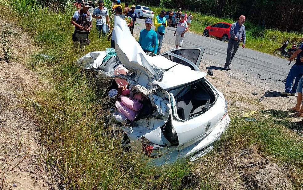 Carro envolvido em acidente com um morto na Bahia ficou destruído e perdeu teto e portas (Foto: Danuse Cunha/Itamaraju Notícias)