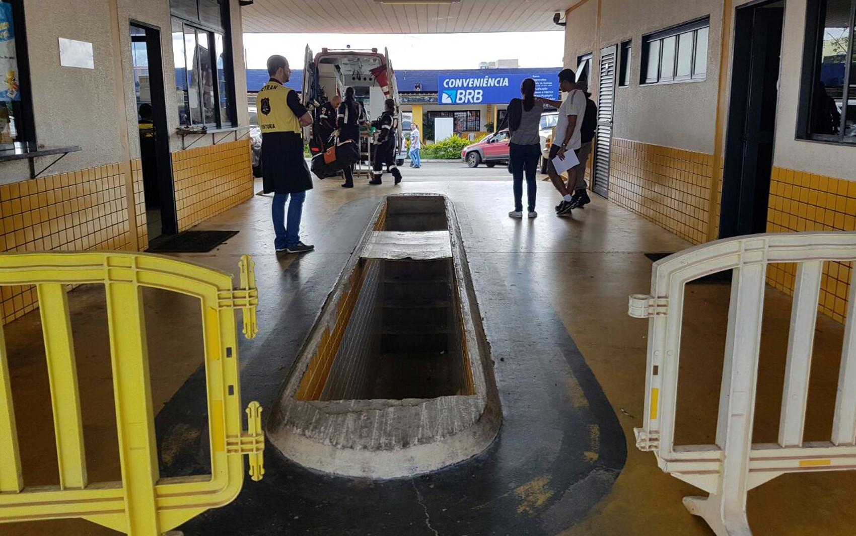 Idoso cai em 'vala de fiscalização' do Detran no DF e é resgatado por ambulância