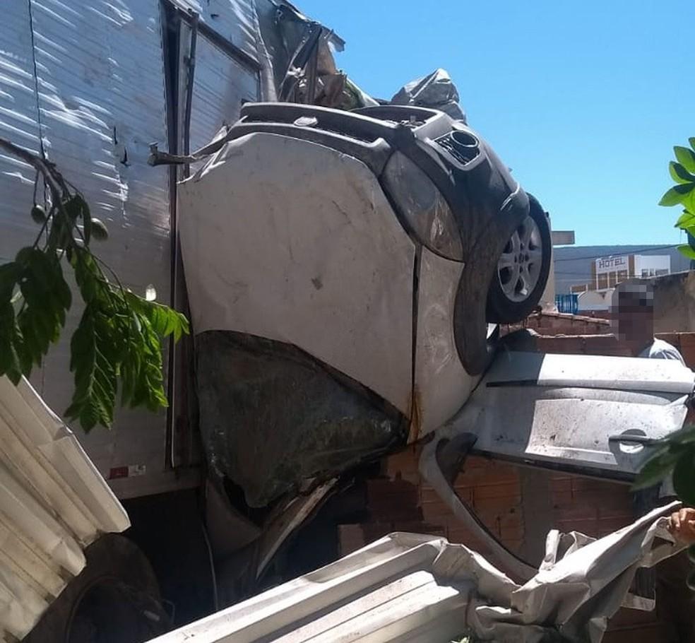 Caminhão ficou pendurado em muro após bater em imóveis na Bahia — Foto: Polícia Militar