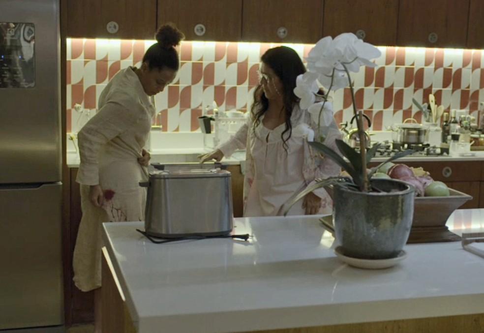 Vitória (Taís Araujo) se desespera com sangramento em 'Amor de Mãe' — Foto: Globo
