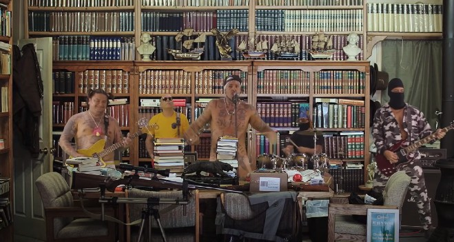 Detonautas no clipe de 'Kit Gay': cenário simula biblioteca do escritor Olavo de Carvalho nos Estados Unidos
