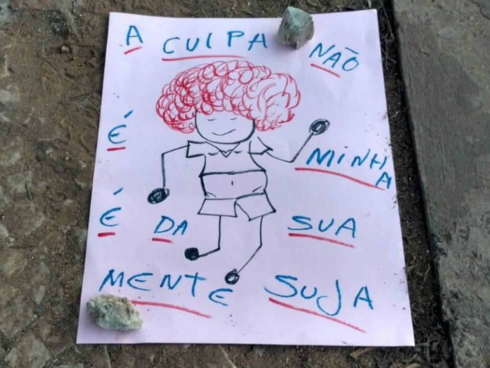 Cartazes foram espalhados pela praça contra a cultura do estupro (Foto: Lislaine dos Anjos/G1)