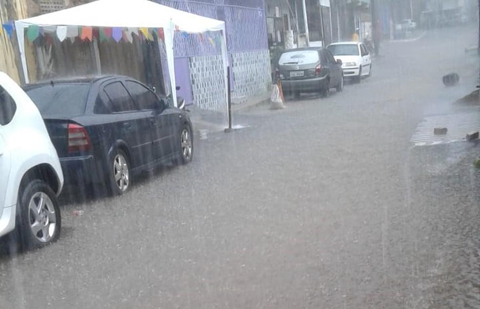 De acordo com os moradores do brongo, a água invadiu alguns imóveis, mas não há registro de feridos.  — Foto: Arquivo Pessoal