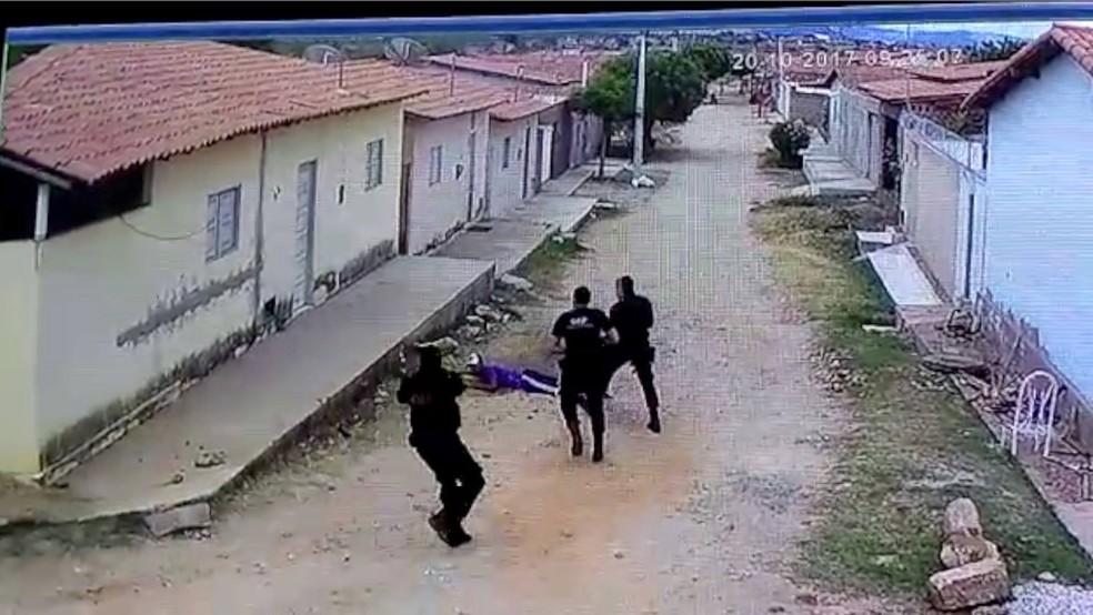 Agentes interceptaram suspeito antes que ele arremessasse a droga para dentro do presídio em Pau dos Ferros (Foto: Reprodução)