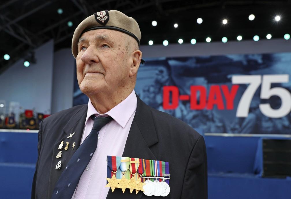 """O veterano Bertie Billet participa das comemorações dos 75 anos do """"Dia D"""" em Portsmouth, na Inglaterra, nesta quarta-feira (5). — Foto: Chris Jackson/Pool via AP"""