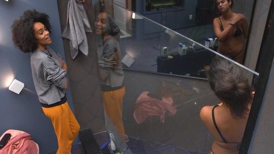 Enquanto toma banho, Hana fala sobre votação com Gabriela