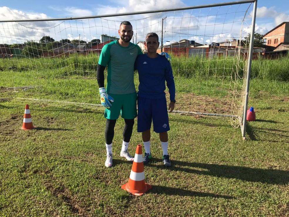 Weverton com o técnico do Atlético-AC, Álvaro Miguéis — Foto: Divulgação/Ascom Atlético-AC