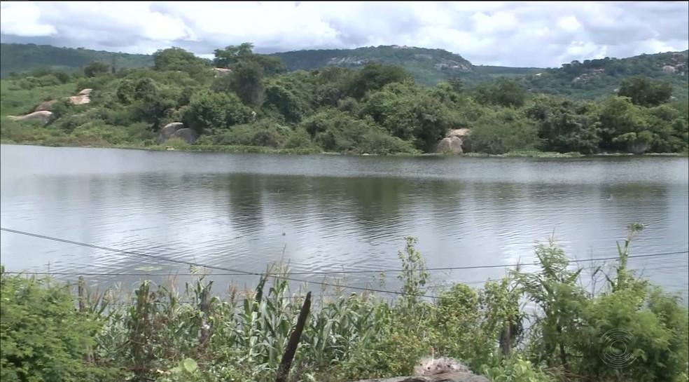 Açude de Itaporanga sangrou no último sábado (14), no Sertão da Paraíba (Foto: Reprodução/TV Paraíba)