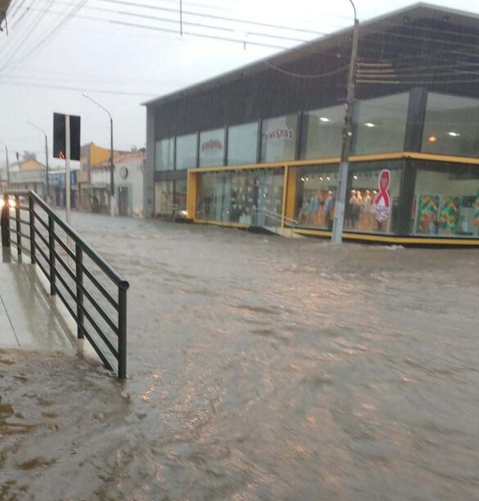 Avenida Getúlio Vargas, em Floriano, ficou sob a água (Foto: Divulgação/PM)
