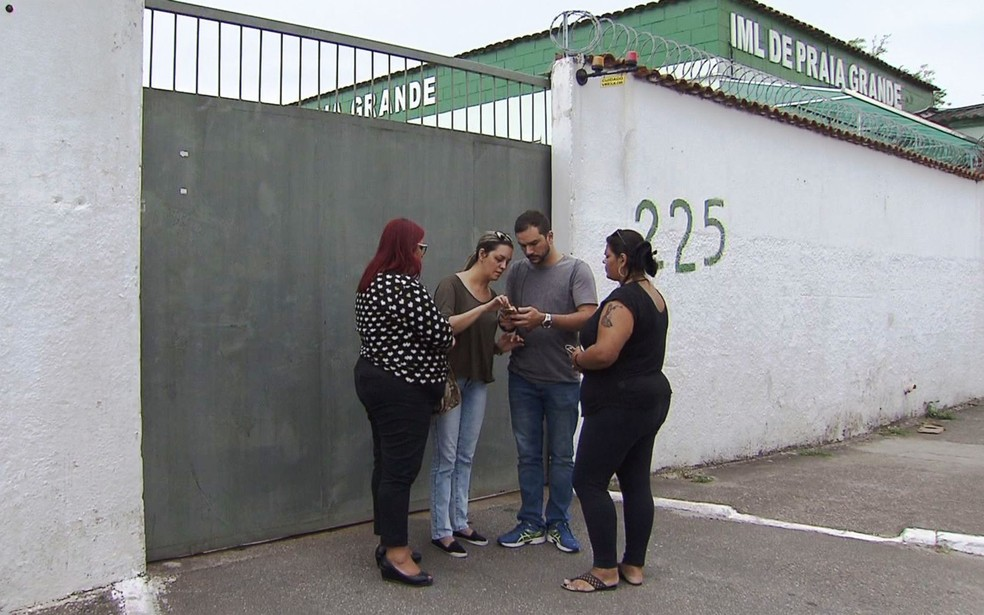Família liberou o corpo de Andressa no IML de Praia Grande, SP (Foto: Reprodução/TV Tribuna)