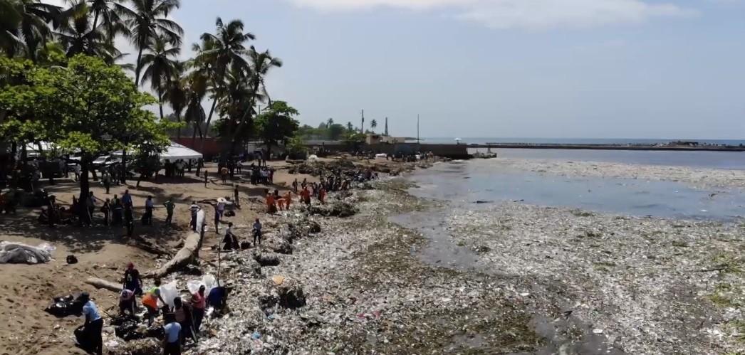 Mais de 30 toneladas de plástico foram parar nas areias de praia na República Dominicana (Foto: BBC News Brasil)