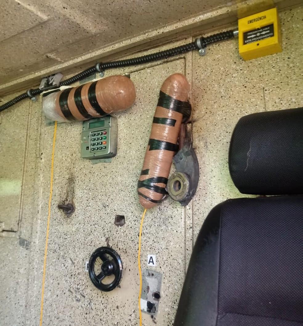Explosivos foram instalados no cofre do carro-forte, na RN-084, mas criminosos fugiram antes da explosão, após entrar em confronto com a PM — Foto: PM/Divulgação