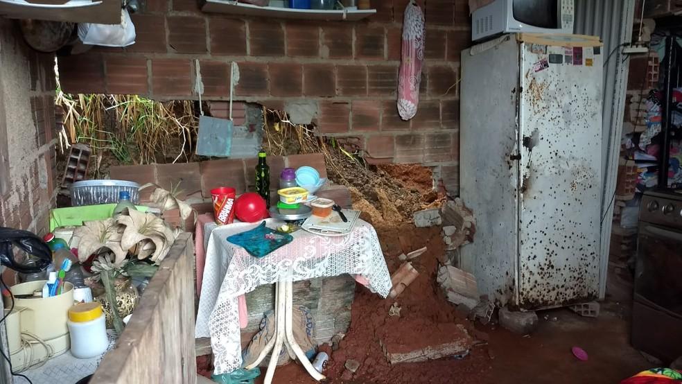 Após chuvas fortes, barreira deslizou e atingiu casa no bairro de Passarinho, em Olinda — Foto: Marcos Roberto/TV Globo