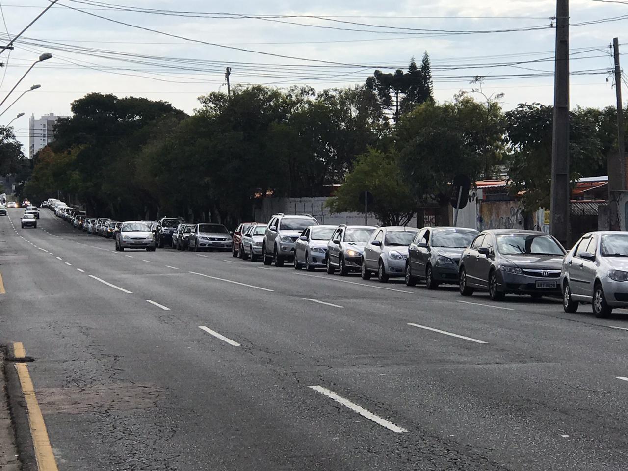 Idosos a partir de 80 anos começam a ser vacinados contra a gripe, em Curitiba; 'drive thru' tem fila de 3 km