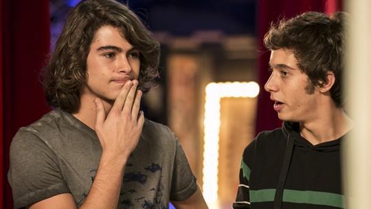 Pedro e João conversam sobre a possibilidade de virarem irmãos