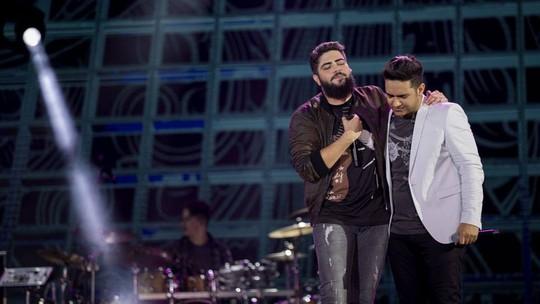 Henrique & Juliano recebem nudes em celulares atirados no palco