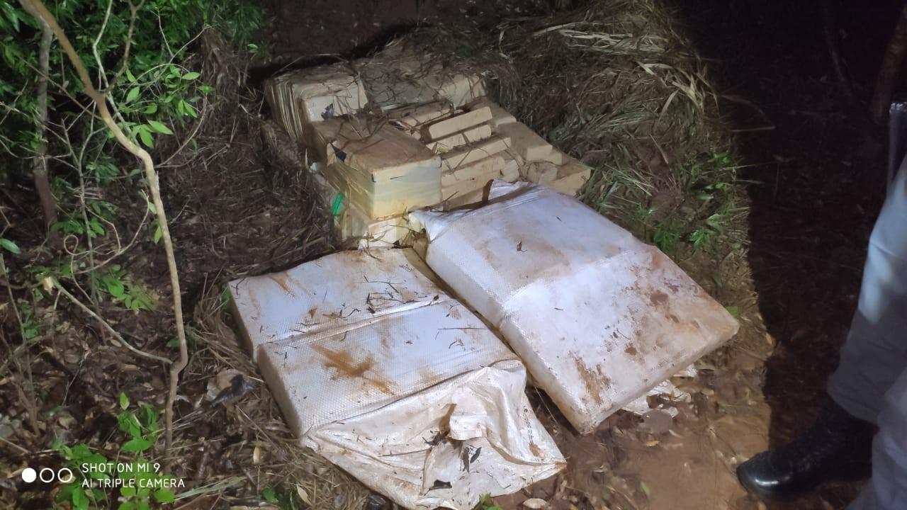 Durante transporte de quase 400 tijolos de maconha, carro quebra na SP-563 e trio acaba preso pelo 8º Baep - Notícias - Plantão Diário