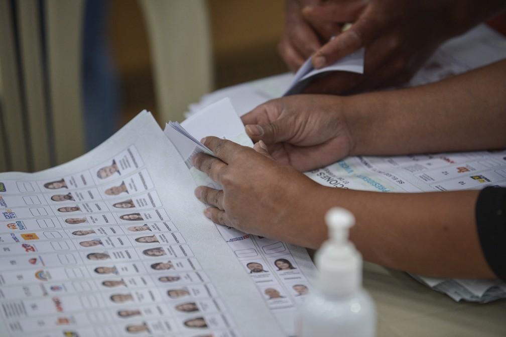 Autoridades eleitorais participam de recontagem dos votos das eleições presidenciais do Equador, em 8 de fevereiro — Foto: Rodrigo Buendia/AFP