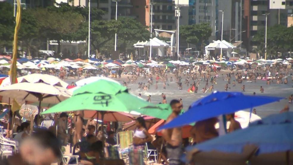 Banhistas se aglomeram na Praia do Morro, em Guarapari — Foto: Reprodução/ TV Gazeta