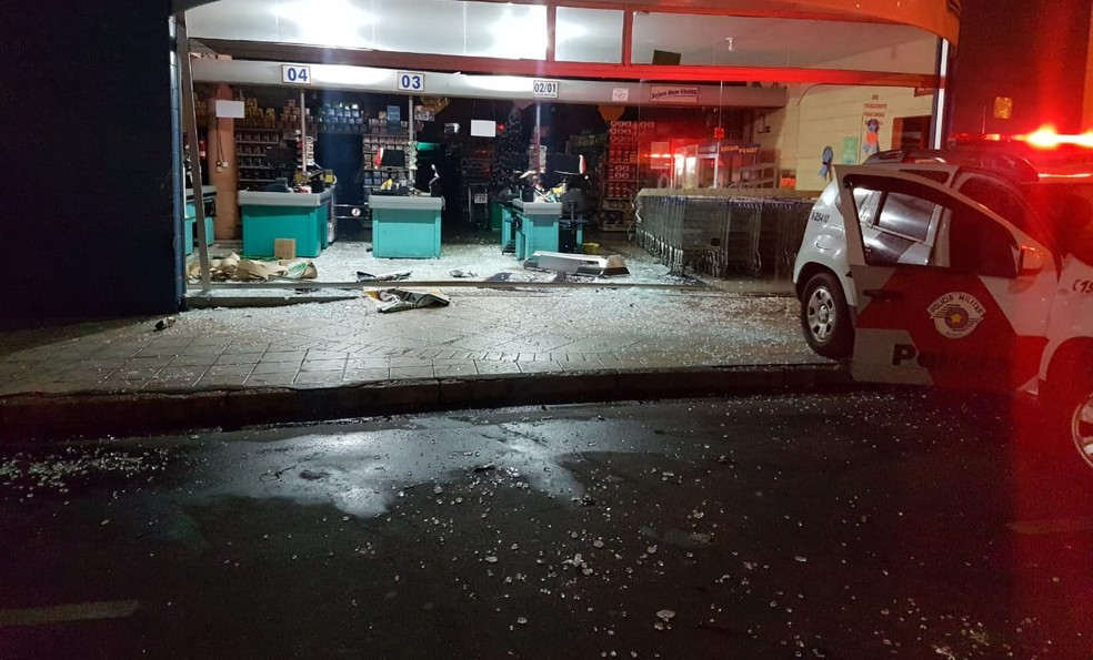 Porta de vidro do supermercado foi destruída pelo carro, em Tupi Paulista — Foto: Polícia Militar