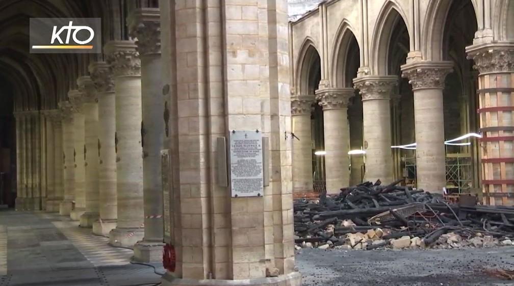 No início da missa, a transmissão da KTOTV mostrou uma pilha de escombros do incêndio dentro da Catedral de Notre-Dame — Foto: Reprodução/KTOTV