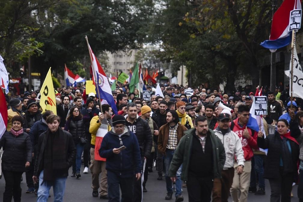 População paraguaia fez protesto no sábado (27) em Asunción, capital do país, contra o presidente Mulher participa de protesto no sábado (27) em Asunción, capital do Paraguai, contra o presidente Mario Abdo Benítez. — Foto: Norberto Duarte/AFP