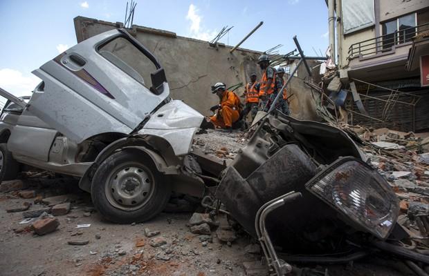Militares do Nepal nos destroços de um prédio no centro de Katmandu (Foto: Athit Perawongmetha/Reuters)