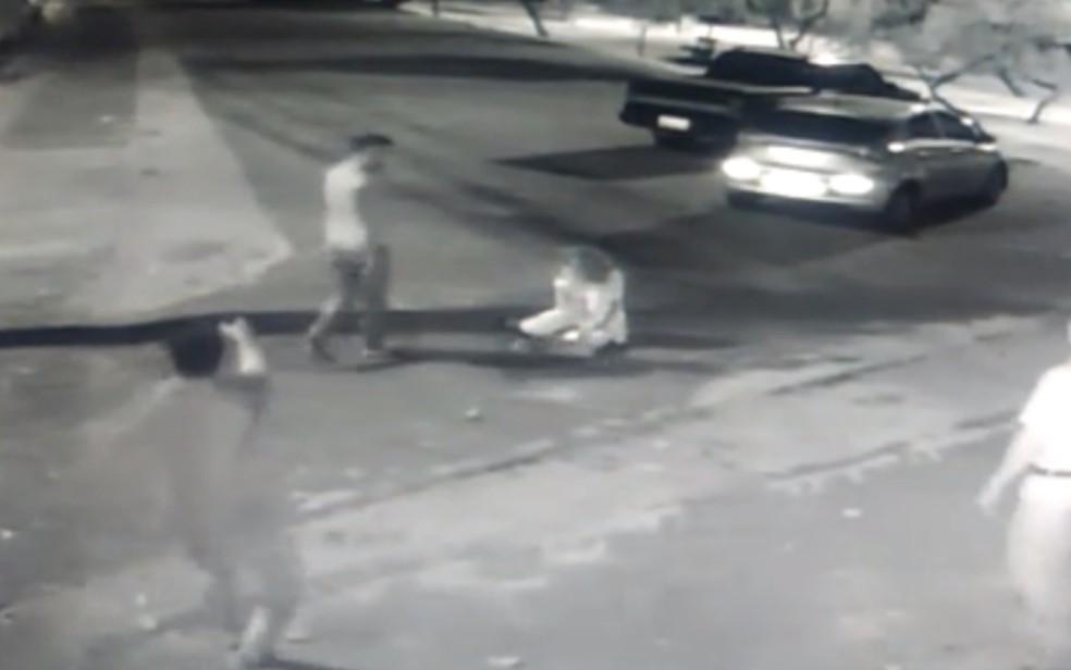 Policial fora de serviço presenciou as agressões e precisou sacar arma para que o suspeito parasse, em Goiânia — Foto: Reprodução/TV Anhanguera