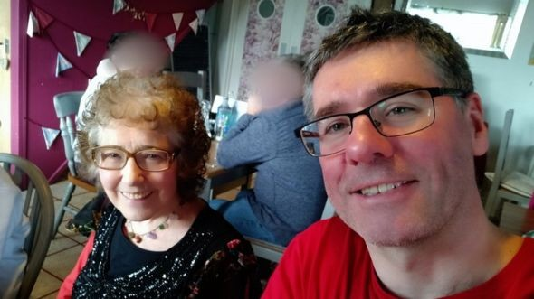 Coronavírus: 'Tive que reconfortar minha mãe enquanto ela morria – por chamada de vídeo'