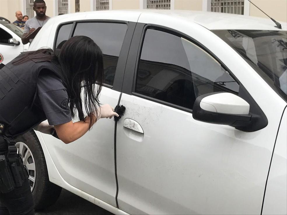 Perita analisa carro encontrado com corpo dentro em frente à Faculdade de Direito da UFRJ, no Centro do Rio — Foto: Yasmin Restum/ G1