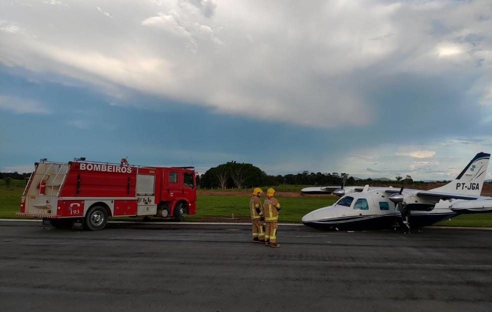 Avião bimotor de pequeno porte teve problemas ao acionar o trem de pouso em Ji-Paraná, RO — Foto: Reprodução/Redes Sociais