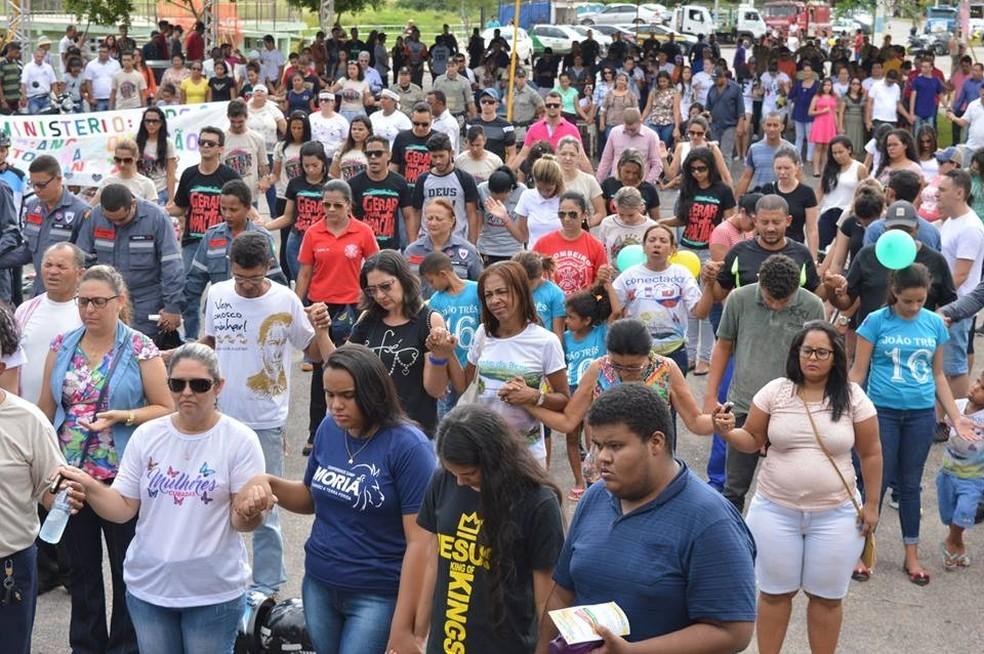 Fieis fizeram oração pelo trânsito ao final da carreata (Foto: Assembleia de Deus de Barra do Garças-MT/ Divulgação)