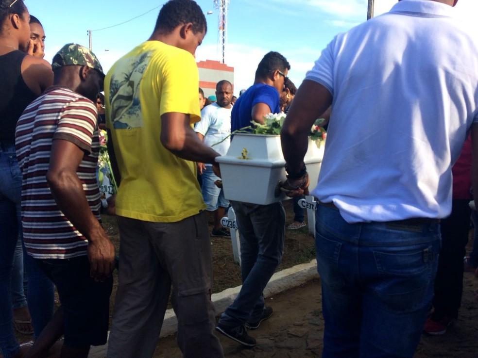 Bebê de um ano foi o primeiro a ser enterrado (Foto: Maiana Belo/ G1)