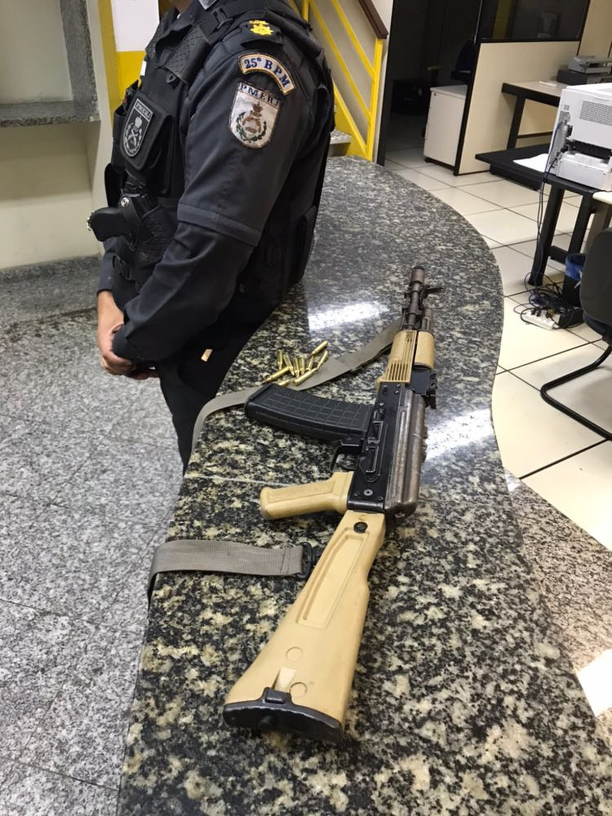Polícia Militar apreende fuzil após troca de tiros em Cabo Frio, no RJ