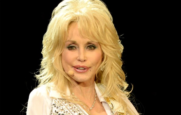 Até a diva country Dolly Parton não ficou de fora da bibliografia gastronômica das celebridades. Ela escreveu 'Dolly's Dixie Fixin's'. (Foto: Getty Images)