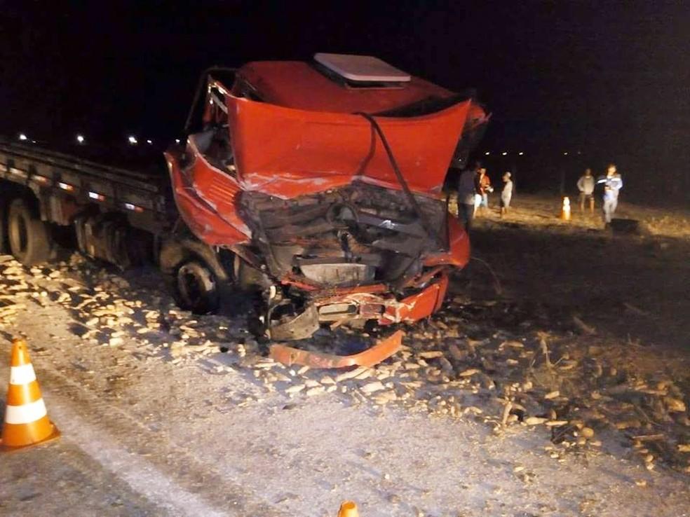 Caminhão e caminhonete bateram de frente (Foto: Arisson Alberto)