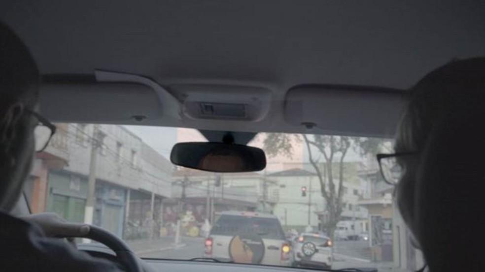 Todos os dias, Alexandre leva Alessandra até o trabalho, no centro de São Paulo — Foto: Fernando Quixote/BBC