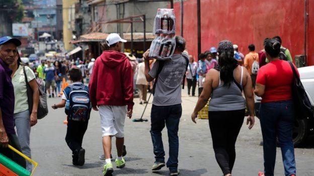 Na Venezuela, as notas de bolívares perdem valor todos os dias (Foto: GETTY IMAGES/BBC News Brasil)