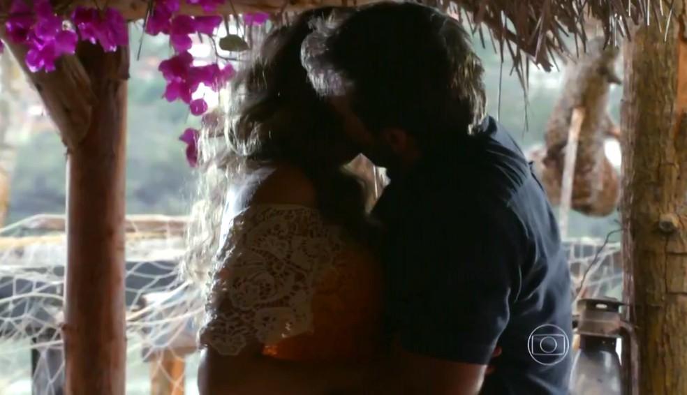 Ester (Grazi Massafera) e Cassiano (Henri Castelli) se beijam pela primeira vez após sete anos separados - 'Flor do Caribe' — Foto: Globo