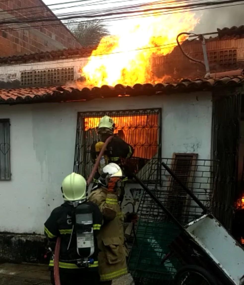 Homem esfaqueia esposa e coloca fogo na própria casa, em Fortaleza (Foto: Arquivo Pessoal)