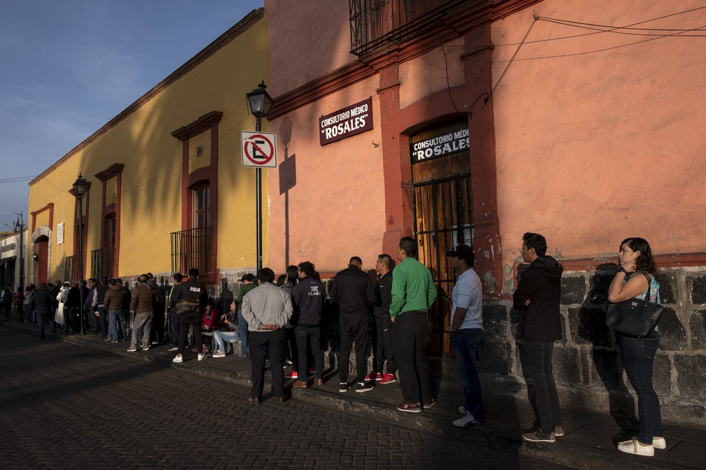 Moradores fazem fila para votar na cidade de Xochimilco, no México, neste domingo (1º) (Foto: Guillermo Arias/ AFP)