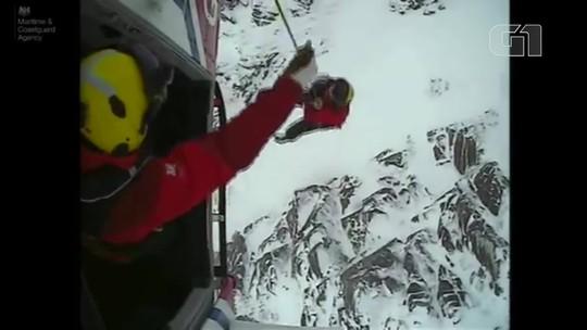 Cão perdido em montanha coberta de neve é resgatado com ajuda de helicóptero; veja vídeo