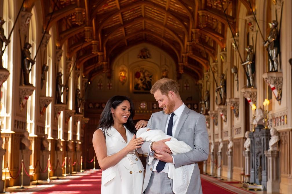 Príncipe Harry Meghan Markle posam para fotos com o filho recém-nascido no Castelo de Windsor em Windsor, no oeste de Londres, nesta quarta-feira (8) — Foto: Dominic Lipinski / AFP