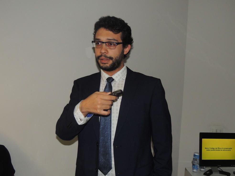 Adriano Ialongo explica que a publicidade em exagero é proibida no Código de Ética (Foto: Nathalie Monteiro – Assessoria OAB Santos)