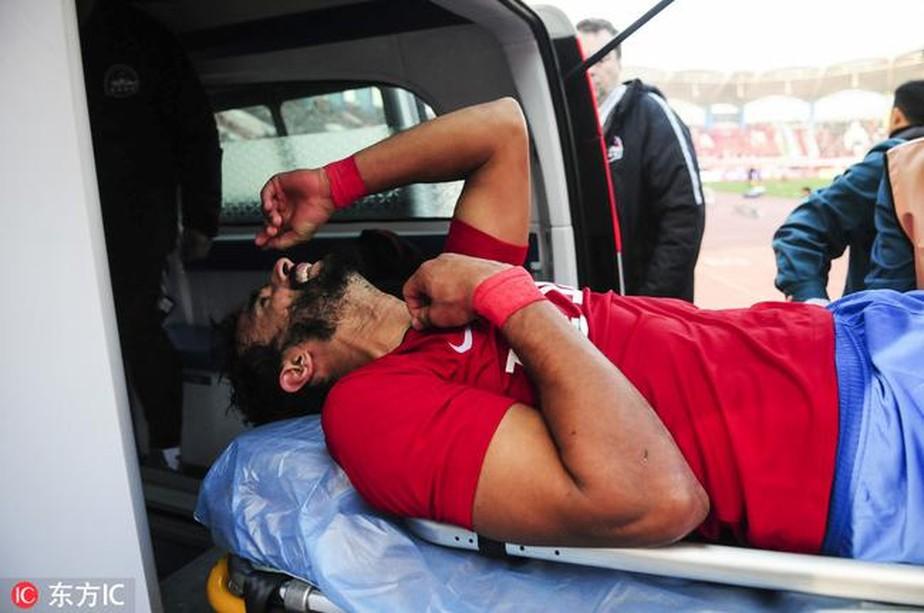 Henrique Dourado marca em estreia na China, mas sofre fratura e deixa campo de ambulância