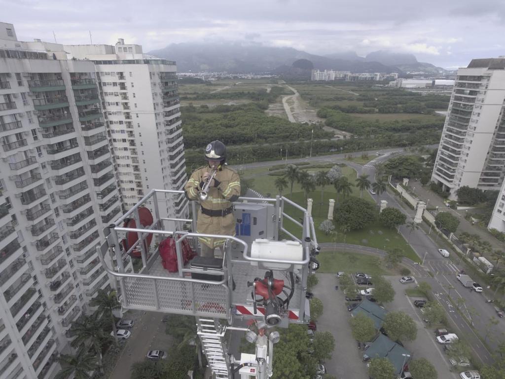 Bombeiro diz que é 'experiência fantástica' tocar trompete para moradores em quarentena no Rio